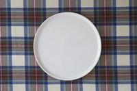 チェックの布と白い皿