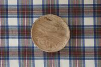 チェックの布と木の皿