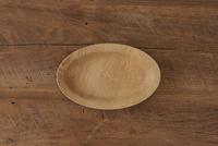 木のテーブルと木の皿