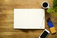 テーブルに置かれたノートとコーヒー 10331002350| 写真素材・ストックフォト・画像・イラスト素材|アマナイメージズ