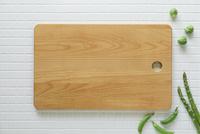 キッチンに置かれたカッティングボードと野菜 10331002555| 写真素材・ストックフォト・画像・イラスト素材|アマナイメージズ