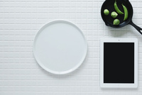 キッチンに置かれた白いタイルと白い皿とタブレットPC 10331002560| 写真素材・ストックフォト・画像・イラスト素材|アマナイメージズ