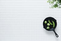 キッチンに置かれた白いタイルとスキレット 10331002567| 写真素材・ストックフォト・画像・イラスト素材|アマナイメージズ