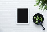 キッチンに置かれた白いタイルとスキレットとタブレットPC 10331002568| 写真素材・ストックフォト・画像・イラスト素材|アマナイメージズ