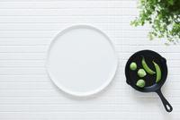 キッチンに置かれた白いタイルと白い皿とスキレット 10331002569| 写真素材・ストックフォト・画像・イラスト素材|アマナイメージズ