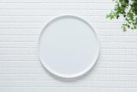 キッチンに置かれた白いタイルと白い皿 10331002573| 写真素材・ストックフォト・画像・イラスト素材|アマナイメージズ