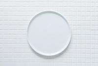 キッチンに置かれた白いタイルと白い皿 10331002574| 写真素材・ストックフォト・画像・イラスト素材|アマナイメージズ