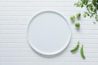 キッチンに置かれた白いタイルと白い皿と野菜と観葉植物 10331002575| 写真素材・ストックフォト・画像・イラスト素材|アマナイメージズ