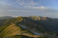 夕日に照らされる水晶岳と鷲羽岳