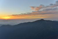 双六岳の山頂から見る夕日と黒部五郎岳
