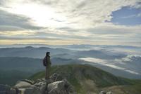 乗鞍岳山頂からの眺めと登山者 10336001730| 写真素材・ストックフォト・画像・イラスト素材|アマナイメージズ