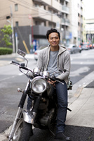 大人の休日を趣味のバイクで楽しむ30代男性