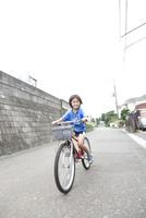 自転車に乗って走る笑顔の男の子