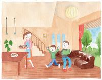 リビングでくつろぐ家族 10340000047| 写真素材・ストックフォト・画像・イラスト素材|アマナイメージズ