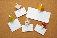 メモ紙とコルクボード 10341001712| 写真素材・ストックフォト・画像・イラスト素材|アマナイメージズ