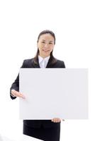 ボードを持つビジネスウーマン 10341008276| 写真素材・ストックフォト・画像・イラスト素材|アマナイメージズ