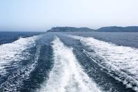 七ツ釜を後に遊覧船の航跡