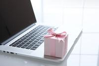ノートパソコンと小さなギフトボックス