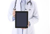 タブレットPCを持つ女医 10341010917| 写真素材・ストックフォト・画像・イラスト素材|アマナイメージズ