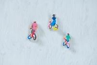 粘土で作った自転車に乗った人 10342000223| 写真素材・ストックフォト・画像・イラスト素材|アマナイメージズ