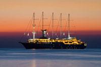 夕暮れの海と豪華客船