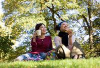 公園でピクニックをする日本人女性