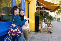 ロンドンの街角で携帯を見る20代女性2人 10345000069| 写真素材・ストックフォト・画像・イラスト素材|アマナイメージズ