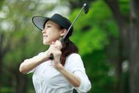 ゴルフをする中年女性