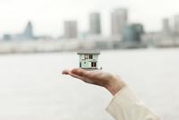 手に持っている家 10354000798| 写真素材・ストックフォト・画像・イラスト素材|アマナイメージズ