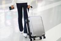 スーツケースを引いて空港を歩く女性  10355001160| 写真素材・ストックフォト・画像・イラスト素材|アマナイメージズ
