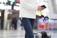 パスポートを持っている女性  10355001282| 写真素材・ストックフォト・画像・イラスト素材|アマナイメージズ