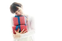 プレゼントの箱を抱えている女性 10355001759| 写真素材・ストックフォト・画像・イラスト素材|アマナイメージズ