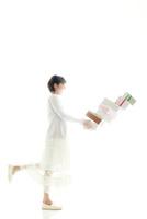 買い物する女性 10355001786| 写真素材・ストックフォト・画像・イラスト素材|アマナイメージズ