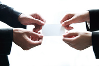 名刺を渡すビジネスウーマン  10355001932| 写真素材・ストックフォト・画像・イラスト素材|アマナイメージズ