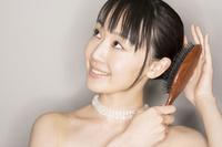 ヘアを手入れしている女性 10355002272| 写真素材・ストックフォト・画像・イラスト素材|アマナイメージズ
