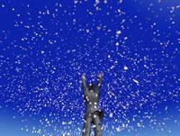万歳をする男性と桜吹雪