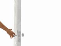 白いドアとドアノブに伸びる手