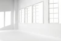 白い部屋の窓から差し込む光 10361000214| 写真素材・ストックフォト・画像・イラスト素材|アマナイメージズ