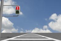 悩むビジネスマンの映った赤信号と横断歩道