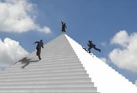 ピラミッド状の階段を駆け上る複数のビジネスマン