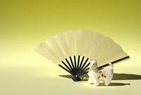 犬の置物と扇子 10361000431| 写真素材・ストックフォト・画像・イラスト素材|アマナイメージズ