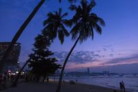 パタヤビーチの夕暮れ 10363002422  写真素材・ストックフォト・画像・イラスト素材 アマナイメージズ