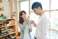 ショップで買い物をする若い夫婦 10367000291| 写真素材・ストックフォト・画像・イラスト素材|アマナイメージズ