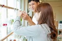 ショップで買い物をする若い夫婦