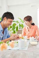 朝食をとる若い夫婦
