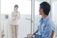 ビールを飲む若い夫婦 10367000365| 写真素材・ストックフォト・画像・イラスト素材|アマナイメージズ
