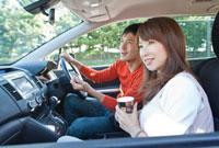 ドライブする若い夫婦