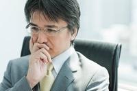 考える表情の日本人ビジネスマン