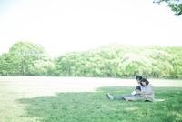 公園でシートに座り過ごす3人家族 10367000914| 写真素材・ストックフォト・画像・イラスト素材|アマナイメージズ