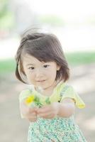 野花を差し出す女の子 10367000968| 写真素材・ストックフォト・画像・イラスト素材|アマナイメージズ